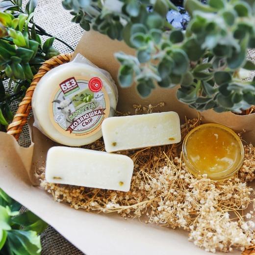 «Качотта с оливками» - сыр козий 45%.