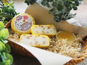 «Качотта» - сыр козий 45% с помидорами.