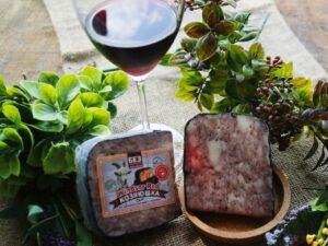 Красный виндзор — сыр козий с винной корочкой.